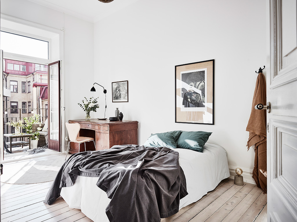 home decor, nordic living, interior design, thonet hair, black and white, sofa, coffe table, gold mirror. bedroom inspiration