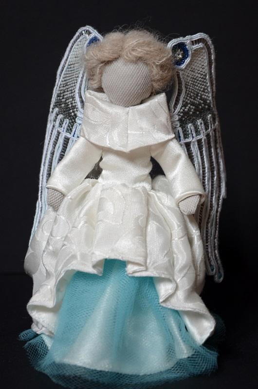 Biało-błękitny Aniołek ze skrzydłami w technice sutasz.