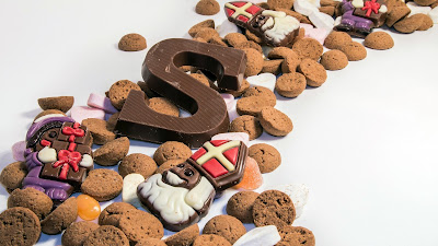 Sint achtergrond met pepernoten en chocoladeletters.