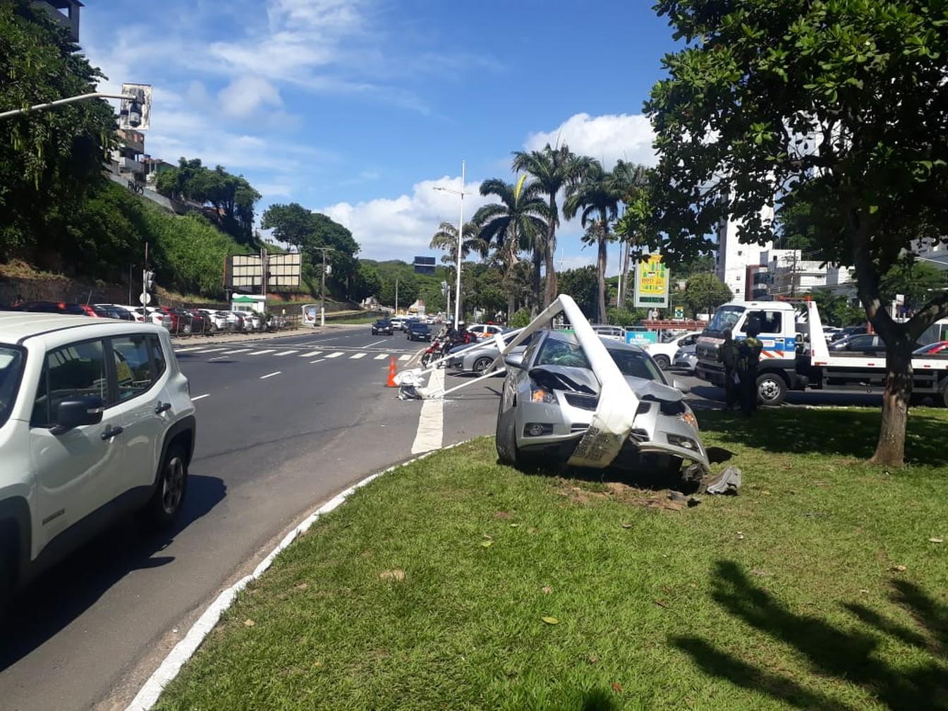 Motorista perde controle de carro e derruba poste na Avenida Garibaldi
