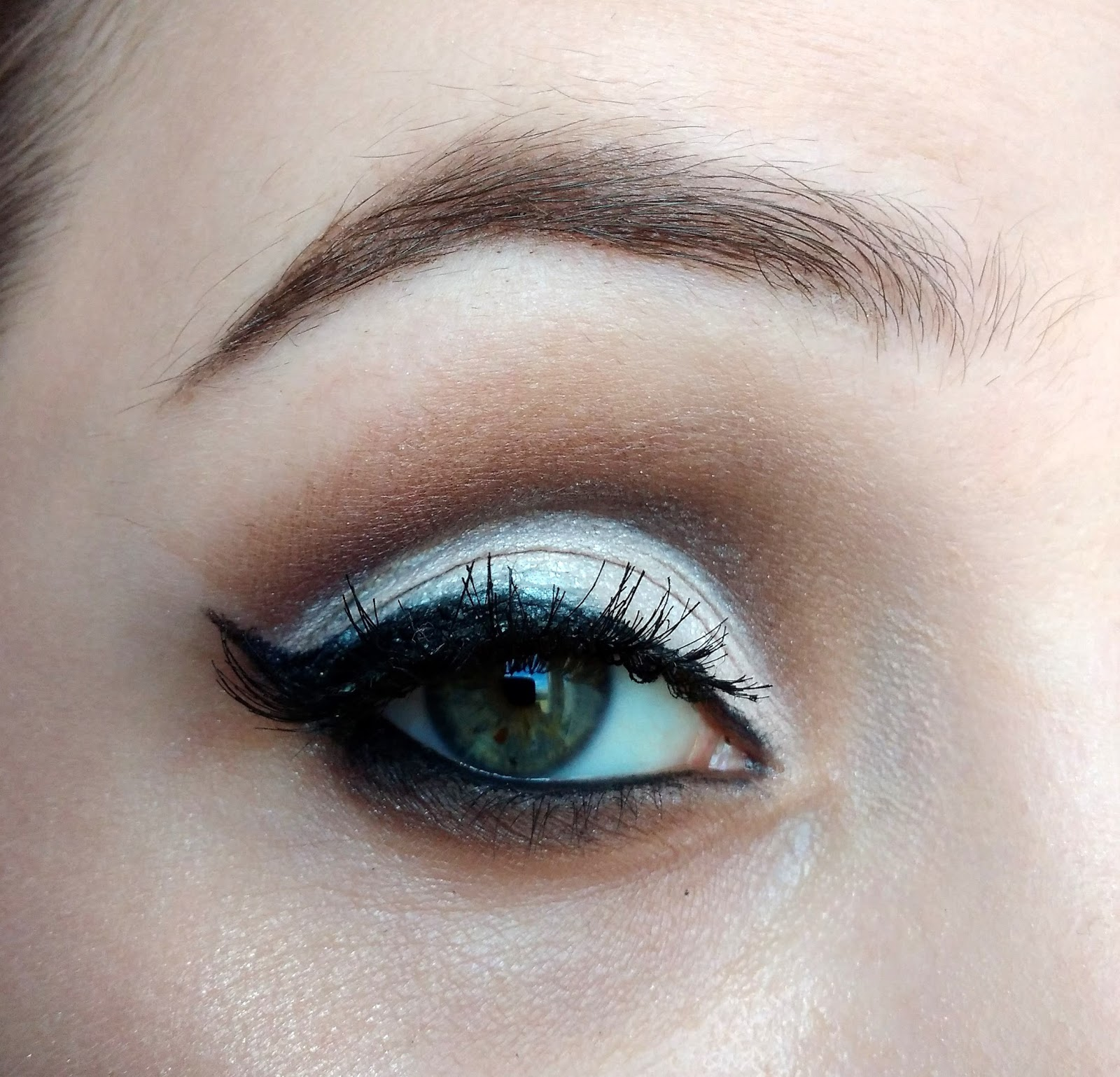 Makijaż okazjonalny -  rozświetlone oko z cut crease