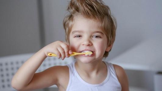 Anak Laki-laki Menggosok Gigi