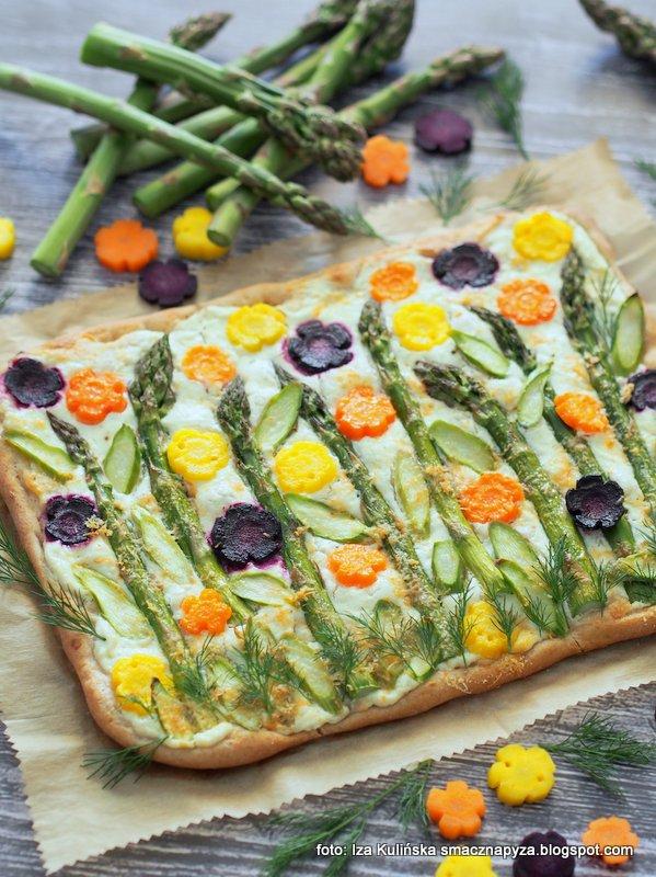 pizza wiosenna, placek wiosenny, szparagi, kolorowe marchewki, laczka, jak obrazek, warzywami malowane, co na obiad