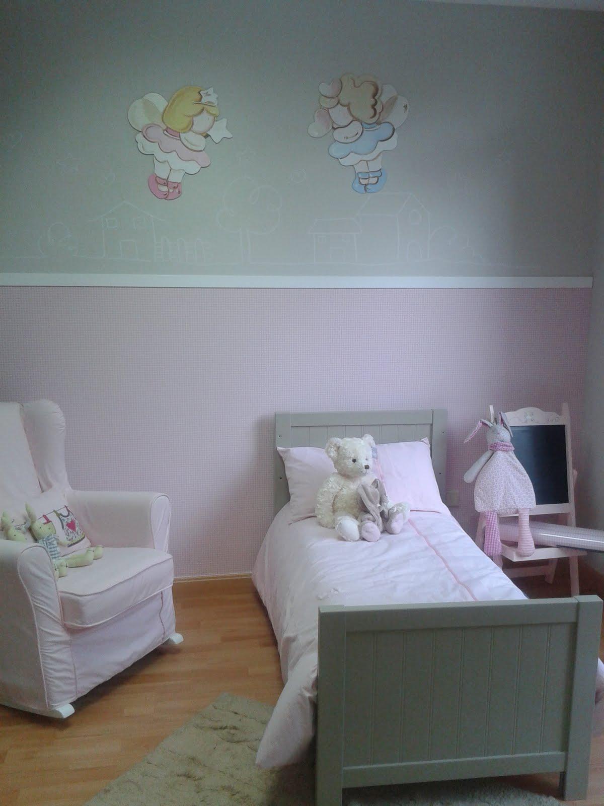 deco chambre b b d coration pour la chambre d 39 une petite fille avec une peinture murale et des. Black Bedroom Furniture Sets. Home Design Ideas