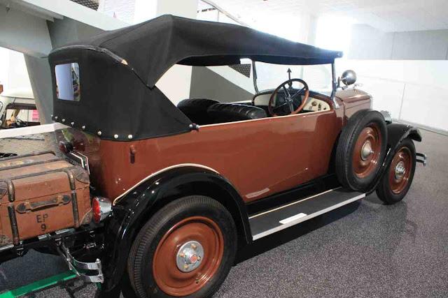 Praga Piccolo Cabriolet auf Urlaubsreise - Geschichte der Wohnmobil Reisen im Hymer Museum
