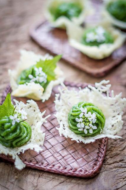 cialde di parmigiano con mousse all'ortica