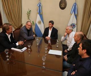 La reunión: El directivo de Ecogas en Casa de Gobierno, con el Gobernador y funcionarios provinciales. Hizo una presentación de valores y costos de tarifas del gas e informó que las inversiones en expansión son nulas para San Juan.