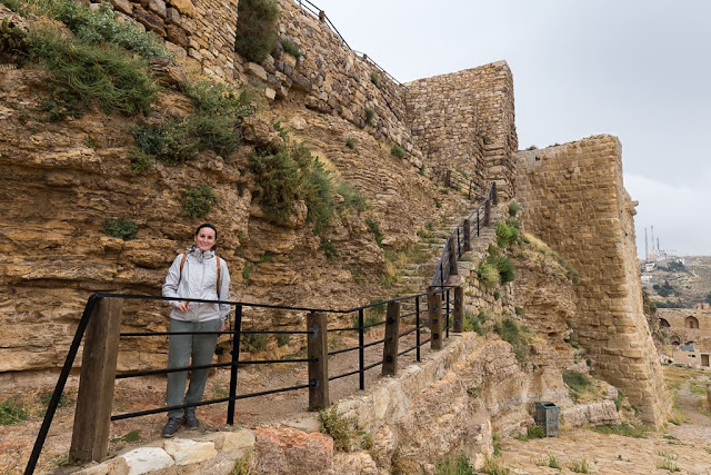 Lena en las sscaleras en las murallas del Castillo de Al-Karak, Jordania
