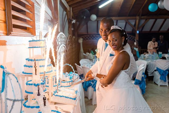 mariage Guadeloupe mariés découpent le wedding cake