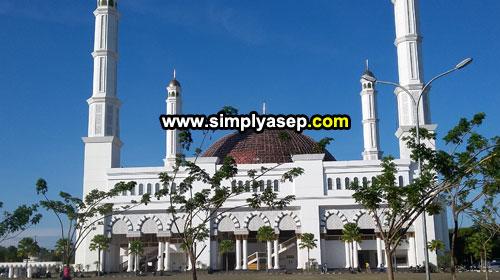 Masjid Raya Mujahidin Pontianak, masjid terbesar termegah dan termahal di Propinsi Kalimantan Barat diambil gambarnya pada hari Ahad 22 April 2018. Foto Asep Haryono