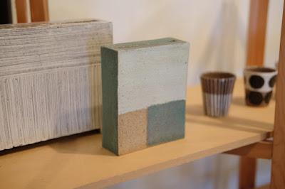 生坂村の陶芸家・なかがわひとみさんの展示「蔵みーる」新作の花器