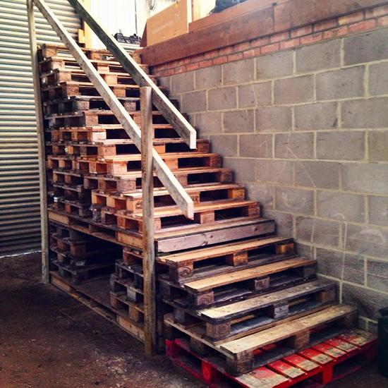 tangga minimalis dari palet kontainer