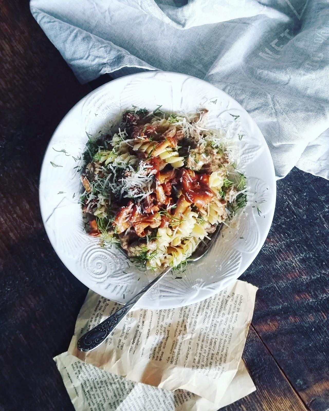 Światowy Dzień Makaronu i świderki z kurkami w sosie śmietanowym