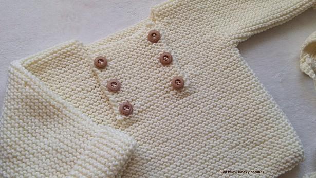 Con hilos, lanas y botones: Jersey y capota para bebé en punto bobo color hueso