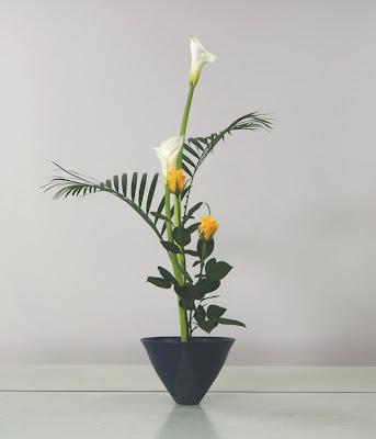 カラー、アレカヤシ、バラの池坊生け花(生花正風体)