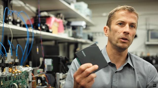 Você acha que o SSD da Seagate de 60 TB é monstruoso o bastante? Pois fique sabendo que, graças à IBM e à Sony, talvez os cartuchos com fita ainda tenham o seu lugar garantido no mercado, já que as empresas conseguiram desenvolver um cartucho que cabe na palma da mão e é capaz de armazenar incríveis 330 TB de dados.