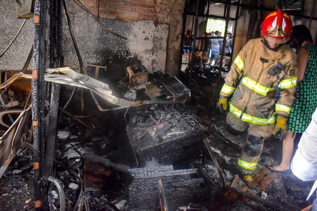 Oficinas del TED y el SERECI quedaron calcinadas por el fuego que seguía vivo esta mañana / FISCALÍA GENERAL