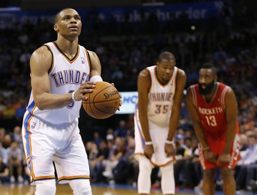 Russell Westbrook, Kevin Durant (Oklahoma City Thunder) et James Harden (Houston Rockets) lors d'un match NBA.