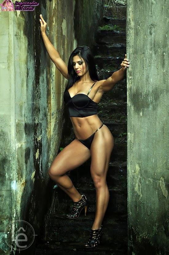 A Musa do Fitness Eva Andressa - Foto na escada de biquíni preto