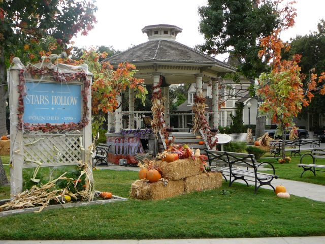 Plaza central y parque de Stars Hollow decorado por Halloween