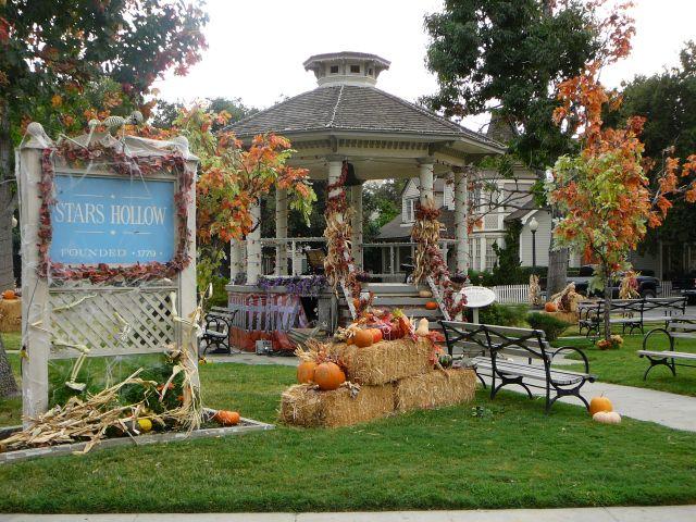 Plaza central y parque de Stars Hollow decorado por Halloween