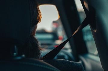 mengemudikan kendaraan