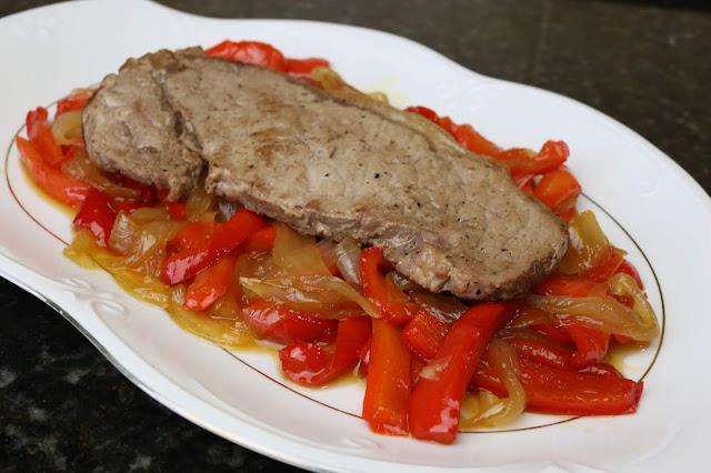 Lomo de ternera con cebolla y pimiento caramelizado