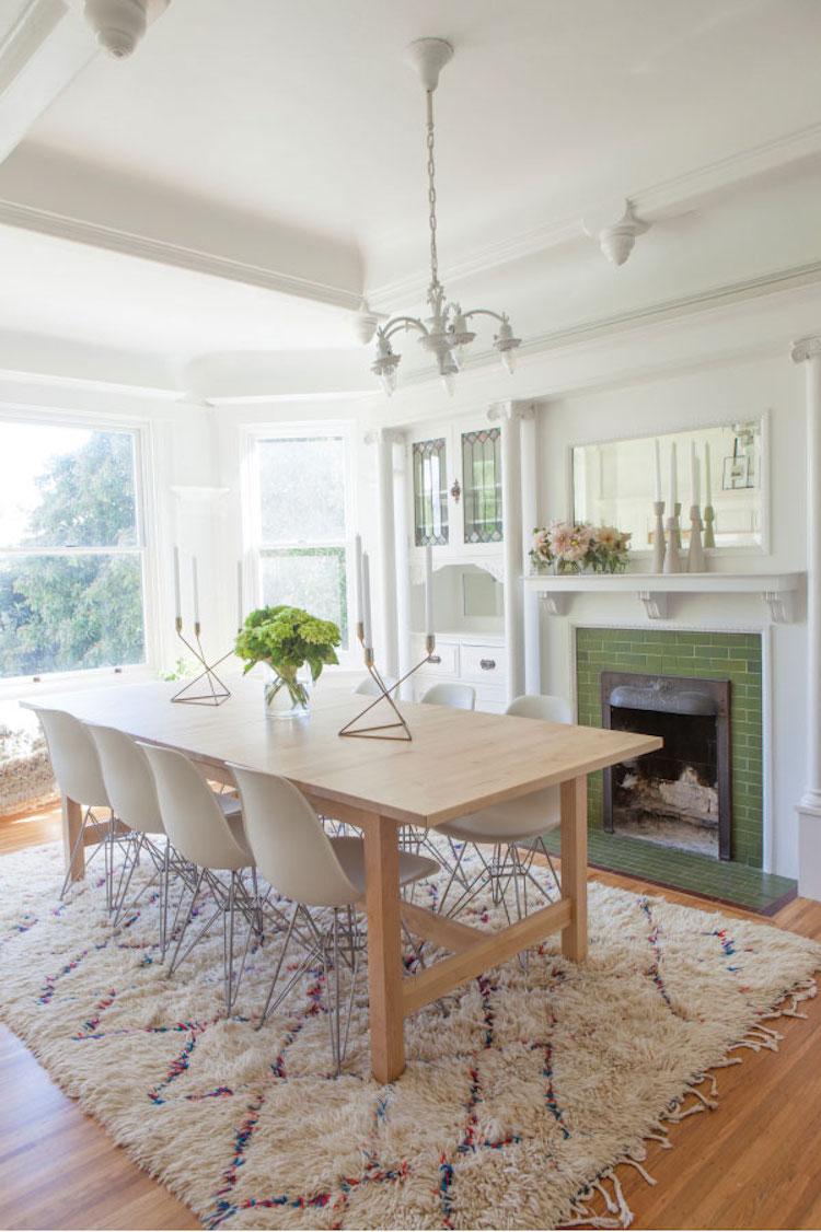 mesa de comedor y chimenea
