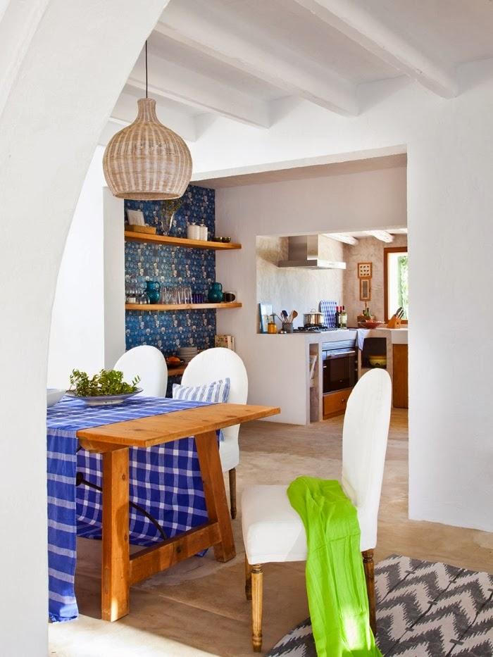 Biało-niebieska posiadłość na Ibizie, wystrój wnętrz, wnętrza, urządzanie domu, dekoracje wnętrz, aranżacja wnętrz, inspiracje wnętrz,interior design , dom i wnętrze, aranżacja mieszkania, modne wnętrza, białe wnętrza, niebieskie dodatki, jadalnia