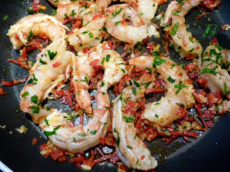Crevettes au chorizo en persillade.