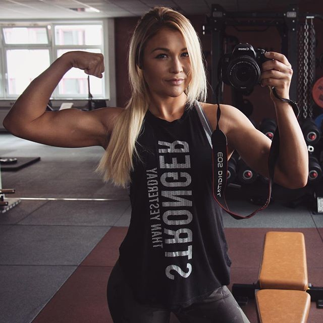 The pretty blonde Fitness Model Sophia Thiel 4