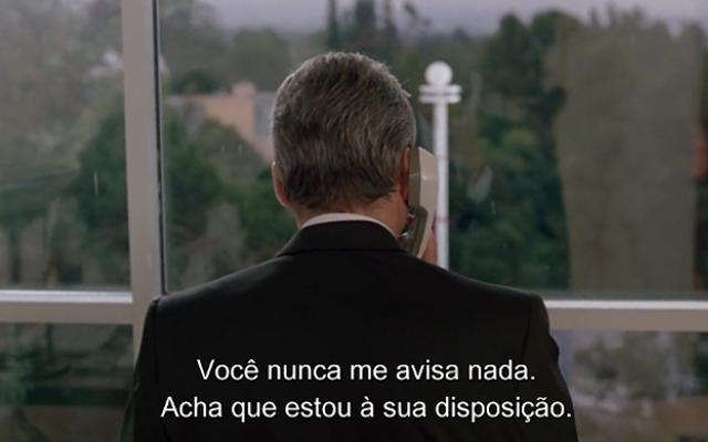 Edward (Richard Gere) termina com a namorada Jessica pelo telefone