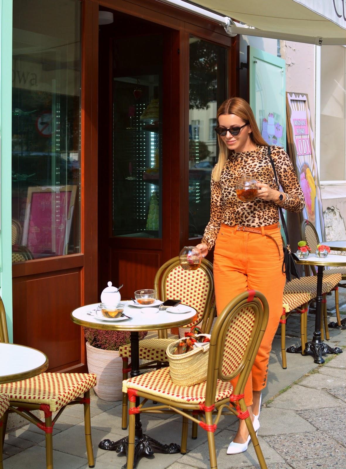 styl paryski, francuski, kawiarnia, poznan, koszyk. basket bag, panterka, blog, stylizacja