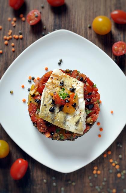 Fisch auf buntem Linsengemüse mit Tomaten-Salsa