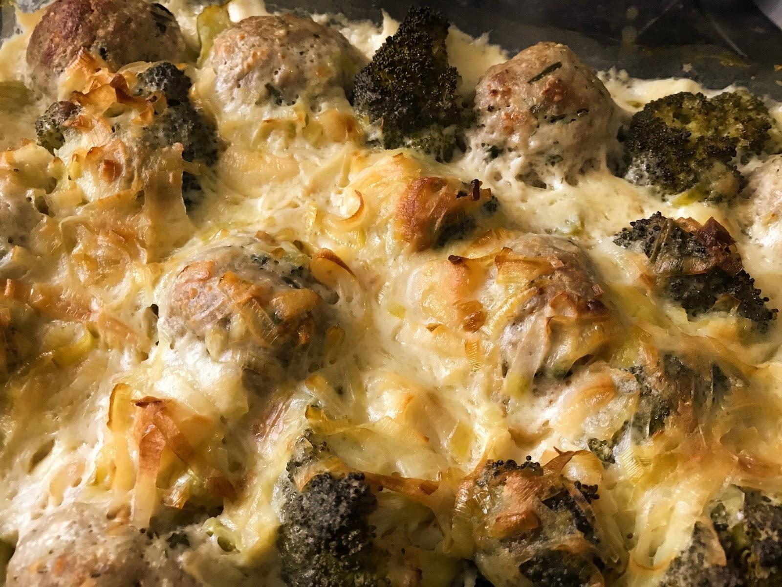Pulpeciki z mielonego mięsa indyczego z brokułami w sosie porowo - śmietanowym.