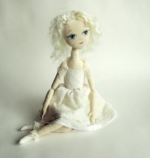 кукла в кружевном платье