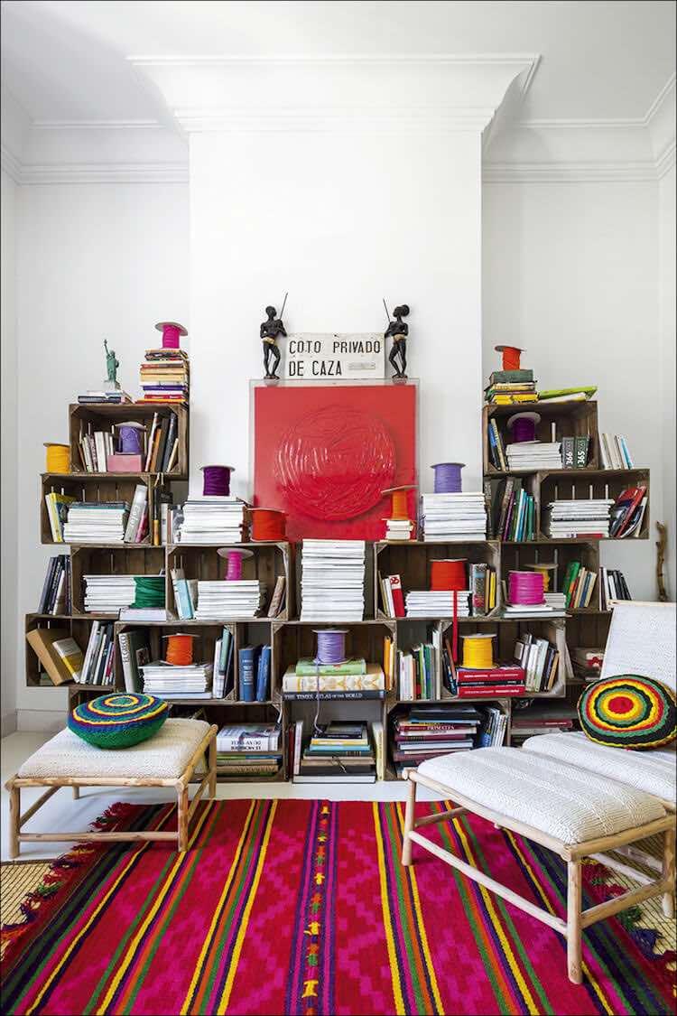 Trucos de interiorista, salón con estantería de cajas