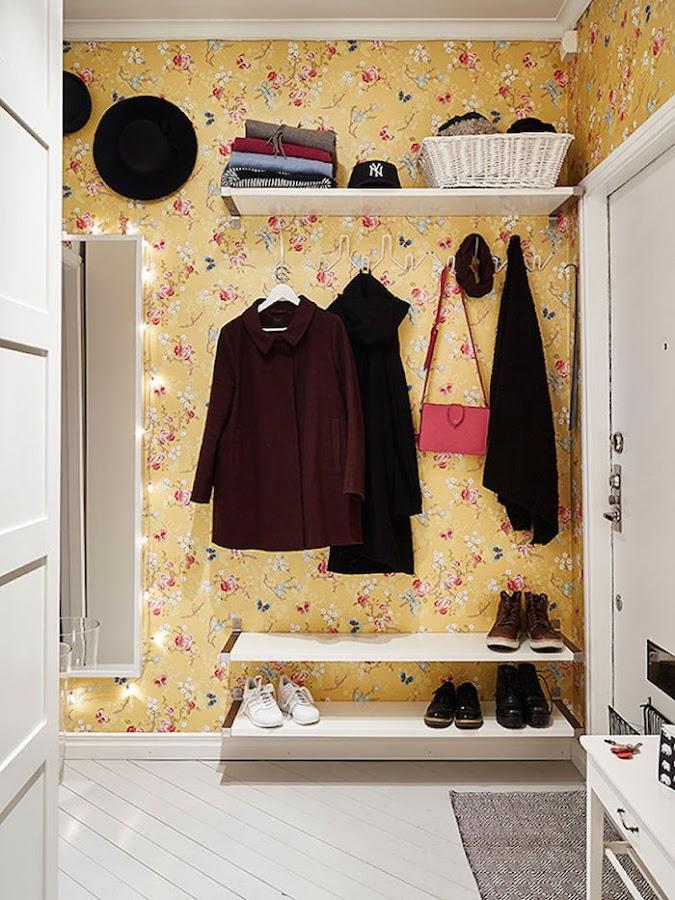 Hall con papel pintado de un pequeño apartamento