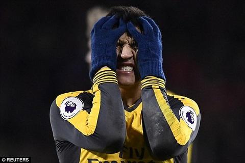 Sanchez ôm mặt vì bực bội