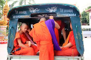 Monjes budistas en Wat Si Muang