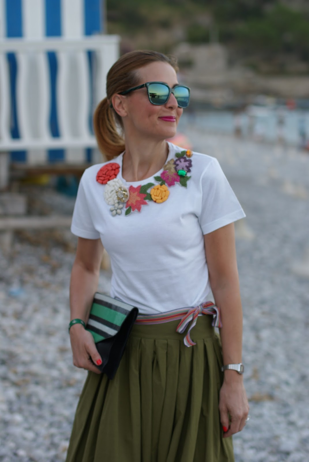 Chic summer look with green maxi skirt on Fashion and Cookies fashion blog, fashion blogger style
