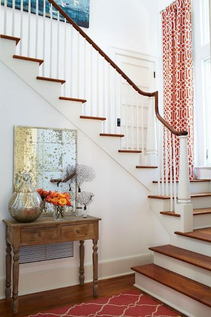 Красивый консольный столик у лестницы. 30 фото для вдохновения
