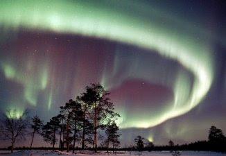 Aurora boreal / Aurora austral  Fenômeno natural, que cria uma espetáculo luminoso colorido nos céus dos polos Norte e Sul.  Ocorre à noite, geralmente, nos meses de Setembro a Outubro e de Março a Abril.  É criado em decorrência do impacto de ventos solares com a atmosfera terrestre das regiões polares.