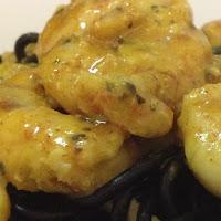 Camarões com mostarda em cama Nero di Seppi