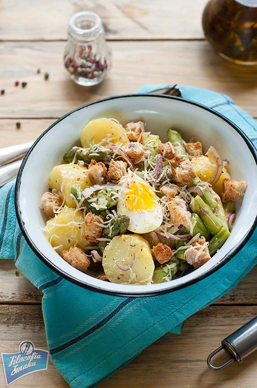 Sałatka z ziemniaków, szparagów i grzanek