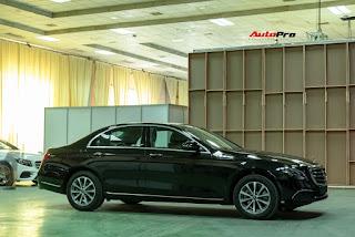 Mercedes E200 là phiên bản tiêu chuẩn, có ngoại hình lành hơn cả. Lưới tản nhiệt với 3 nan lớn vắt ngang kiểu cổ điển. Bộ vành xe 9 chấu kích thước 17 inch. Hệ thống đèn chiếu sáng dạng LED thông thường