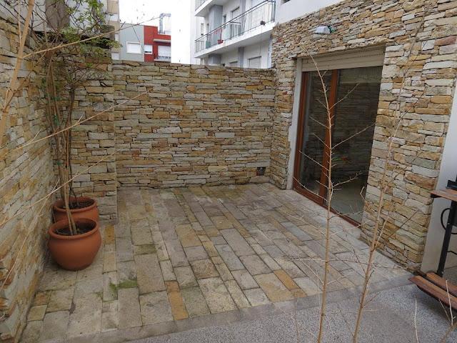 bagian luar rumah yang di desain dari batu yang ditumpuk