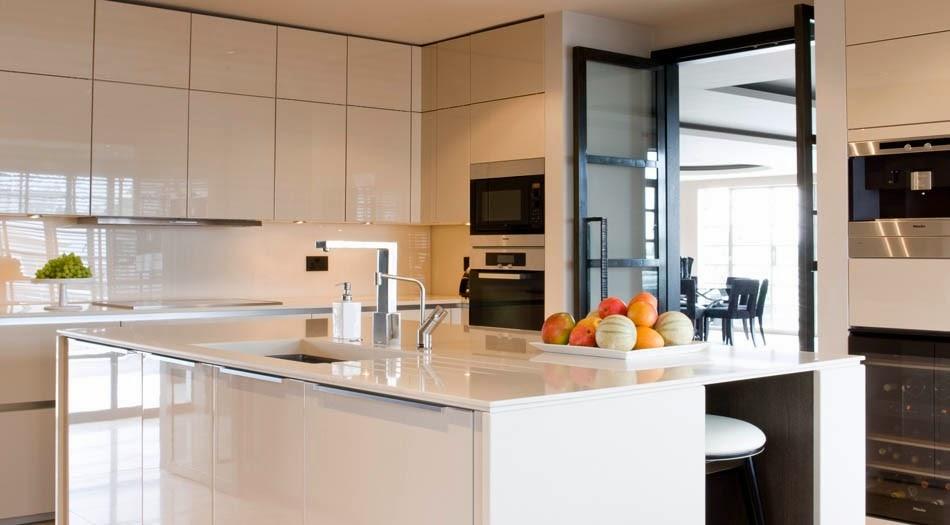 cocina-con pared-frontal-en-vidrio