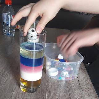 activité ludique expérience facile avec enfants densité liquide pas à pas