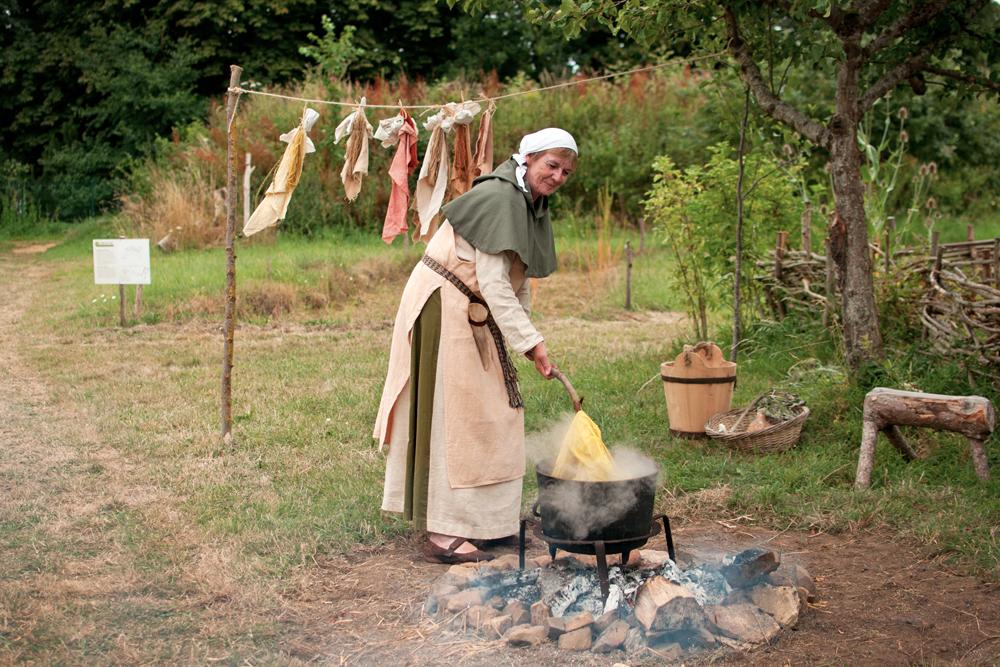 exemple de teintures réalisées selon des techniques médiévales à l'aide de plantes